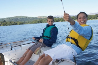 Teenage boy and girl (12-14) sailing